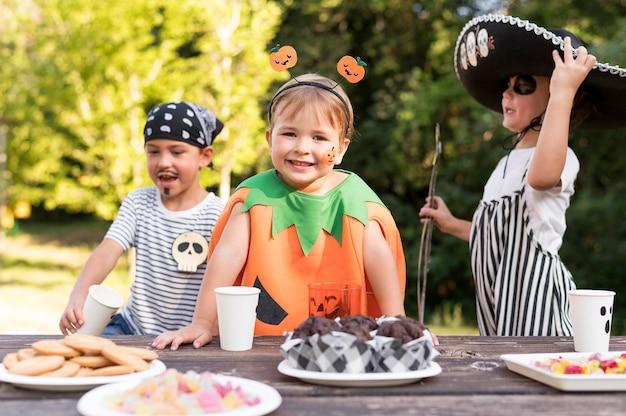 Crianças comemorando o dia das bruxas