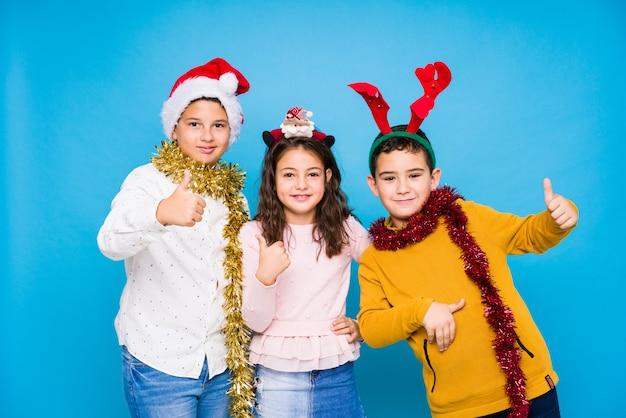 Crianças comemorando o dia de crhistmas fazendo expressões