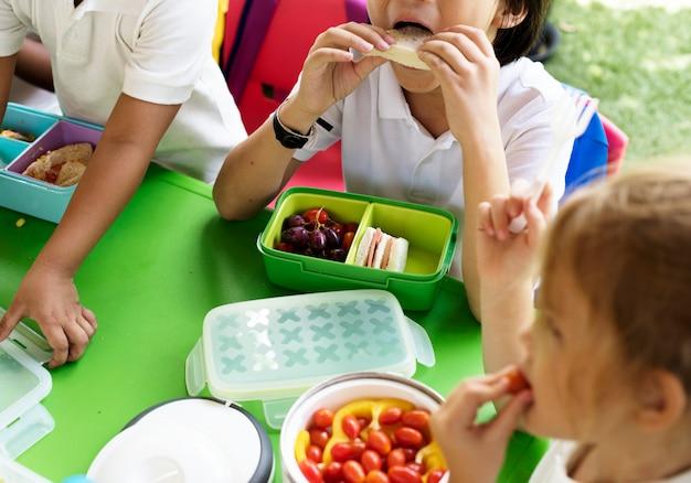 Crianças, comendo lunch, em, escola elementar