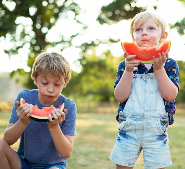 Crianças comendo melancia no verão