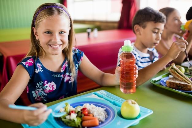 Crianças comendo na cantina