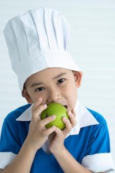 Crianças, comer, maçãs verdes