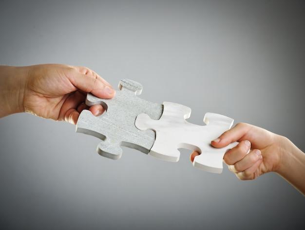 Crianças conectando o quebra-cabeça
