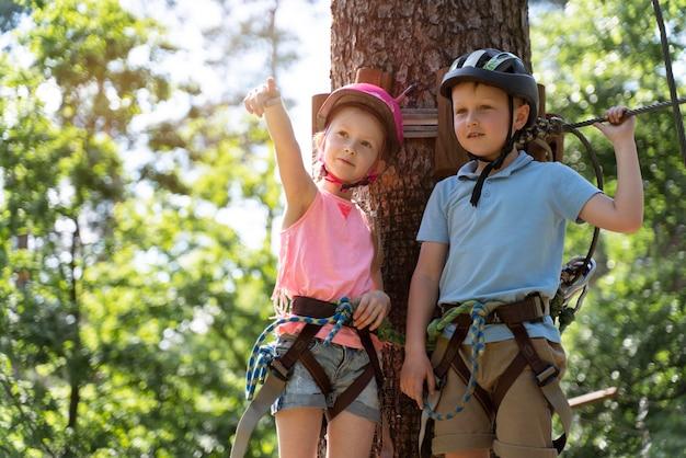 Crianças corajosas brincando em um parque de aventura