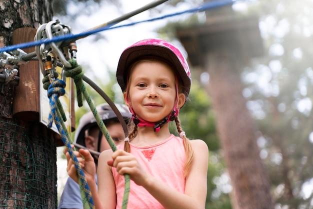 Crianças corajosas se divertindo em um parque de aventura
