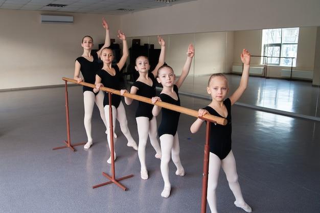 Crianças, coreografia, balé, dança, meninas, alongamento, exercícios