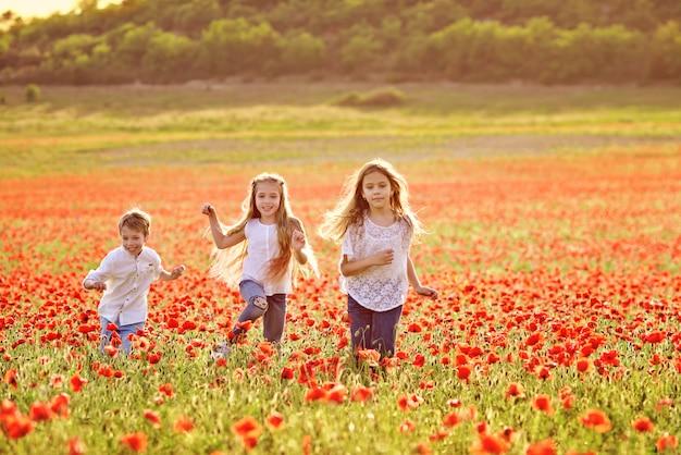 Crianças correndo felizes