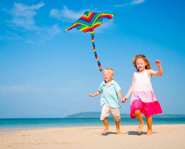 Crianças correndo na praia.