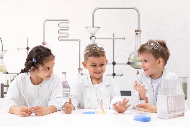 Crianças curiosas fazendo um experimento químico na escola