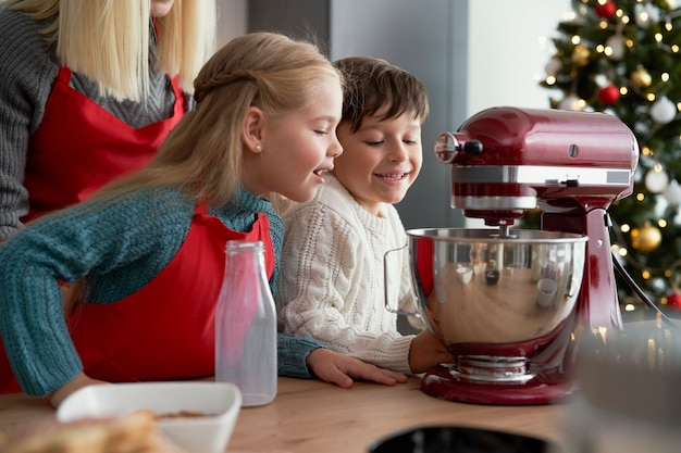 Crianças curiosas olhando para um mixer elétrico