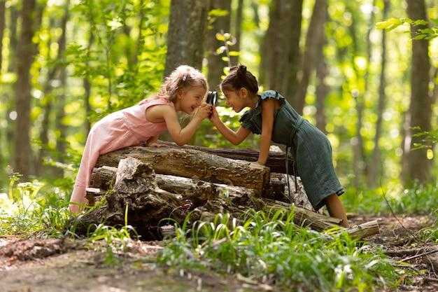 Crianças curiosas participando de uma caça ao tesouro