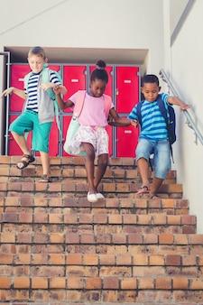 Crianças da escola descer da escada