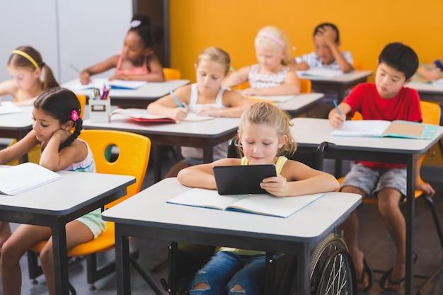 Crianças da escola estudando em sala de aula