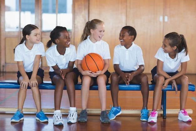 Crianças da escola se divertindo na quadra de basquete