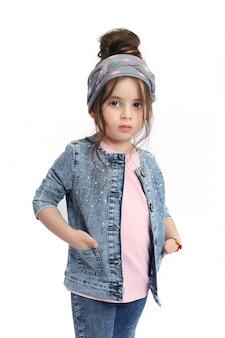 Crianças da moda posam para roupas jeans de primavera. alegria e diversão. jeans