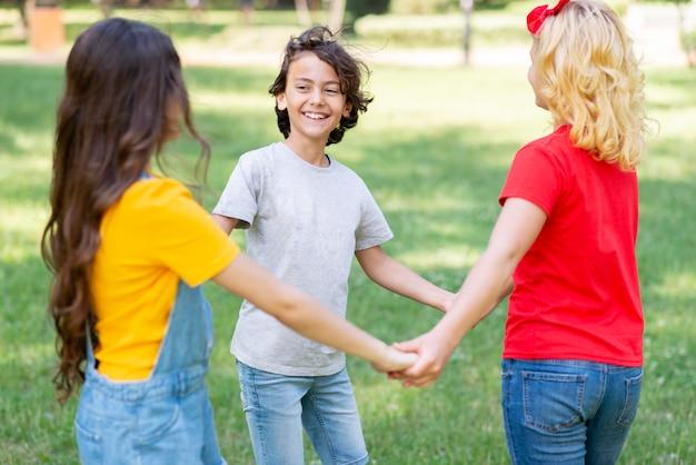 Crianças de alto ângulo, de mãos dadas