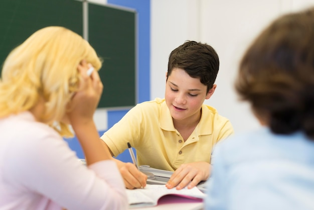 Crianças de alto ângulo fazendo lição de casa