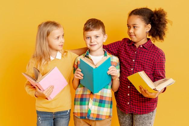 Crianças de alto ângulo lendo juntos