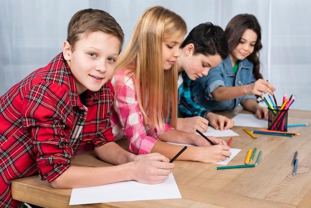 Crianças de alto ângulo para colorir