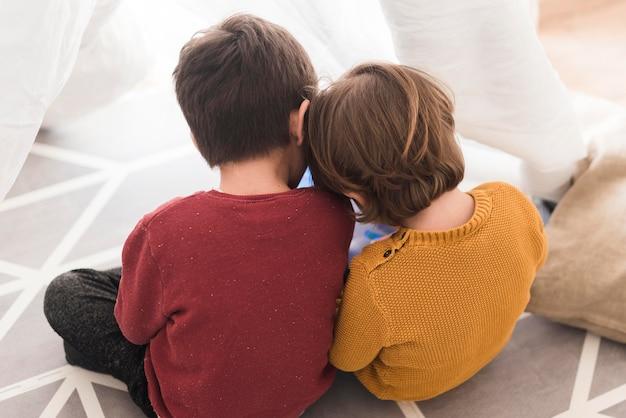 Crianças de alto ângulo sentados juntos