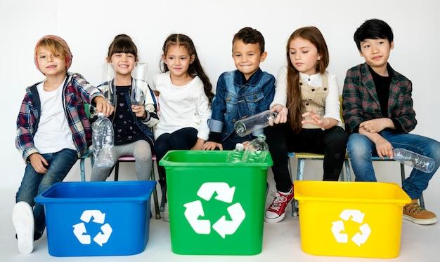 Crianças de conservação ambiental separam lixo para reciclagem
