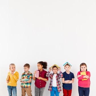 Crianças de cópia-espaço com um livro na cabeça
