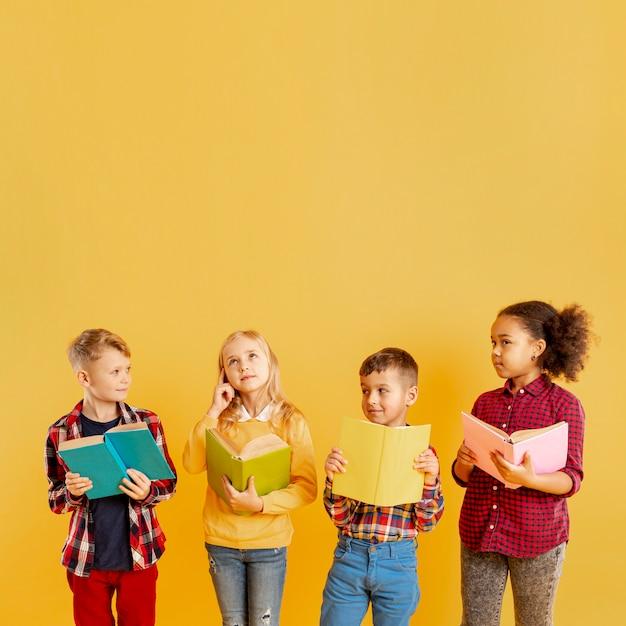 Crianças de cópia-espaço lendo no evento do dia do livro