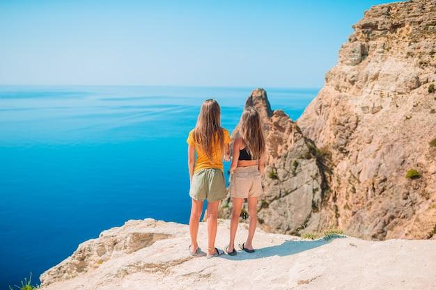 Crianças de férias na rocha branca