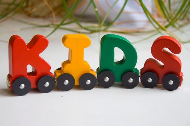 Crianças de palavra feitas de alfabeto de letras de trem desenvolvimento de infância precoce, aprendendo a ler e