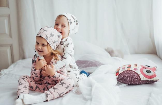 Crianças de pijama