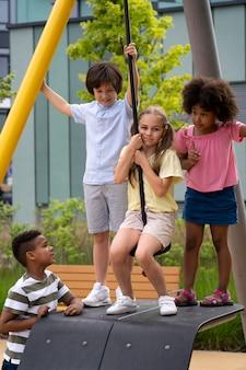 Crianças de tiro médio brincando juntas