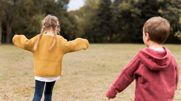 Crianças de tiro médio brincando na natureza
