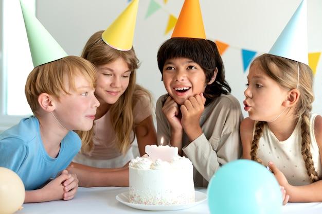 Crianças de tiro médio comemorando