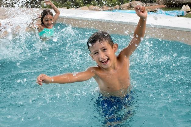 Crianças de tiro médio se divertindo na piscina