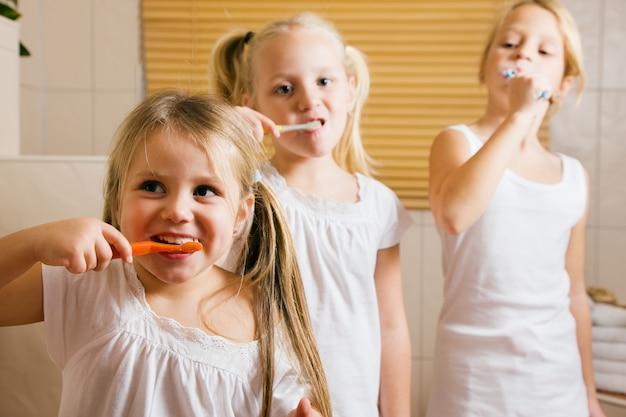 Crianças, dentes escovando