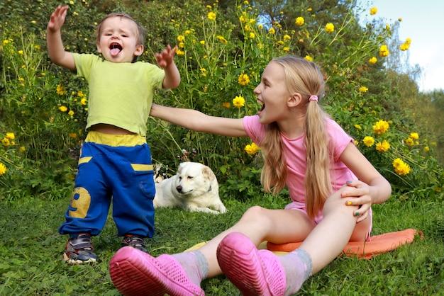 Crianças descansam juntas na natureza