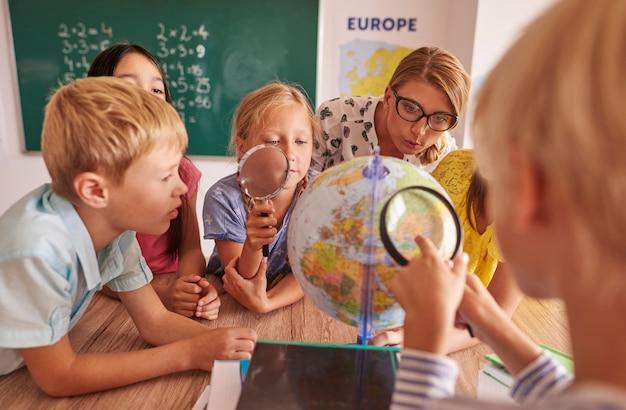 Crianças descobrindo novos lugares no globo