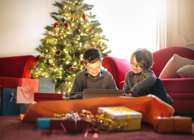 Crianças desembrulhando presentes de natal