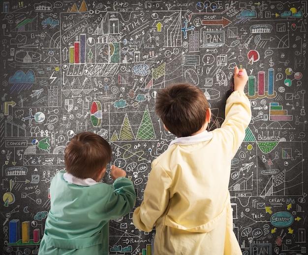 Crianças desenham diagramas e estatísticas em um quadro negro