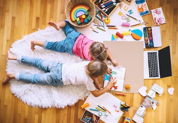 Crianças desenhando e fazendo artesanato com aulas de arte online em casa