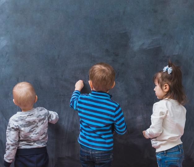 Crianças, desenho, ligado, quadro-negro