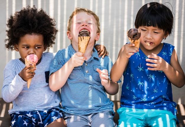 Crianças, desfrutando, com, sorvete
