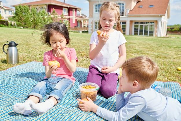 Crianças desfrutando de piquenique