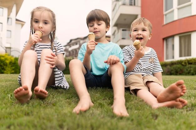 Crianças desfrutando de sorvete