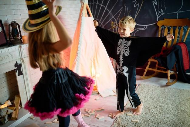 Crianças despreocupadas na festa de halloween
