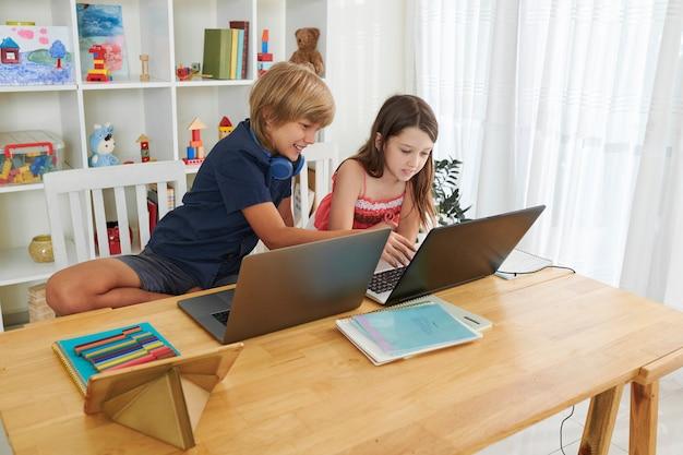 Crianças discutindo projetos escolares
