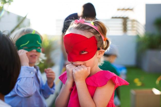 Crianças disfarçadas brincando na festa de aniversário