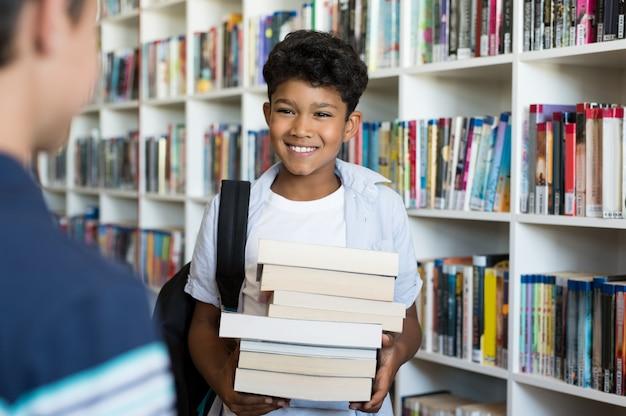 Crianças do ensino fundamental na biblioteca