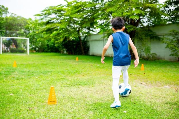 Crianças do futebol asiático se preparam para treinar futebol.