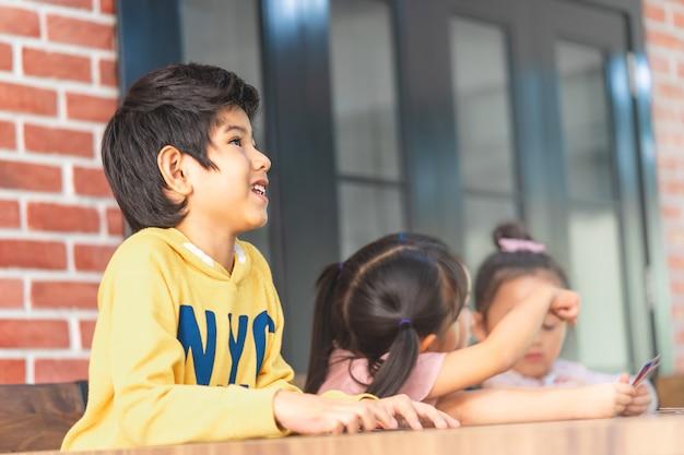 Crianças do jardim de infância brincando com cartão de contagem na sala de aula